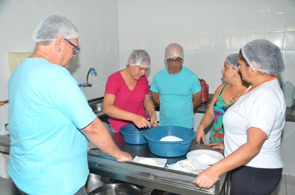 Alunos do curso de panificação artesanal manuseiam ingredientes - Foto: Cláudio Gomes/PMC