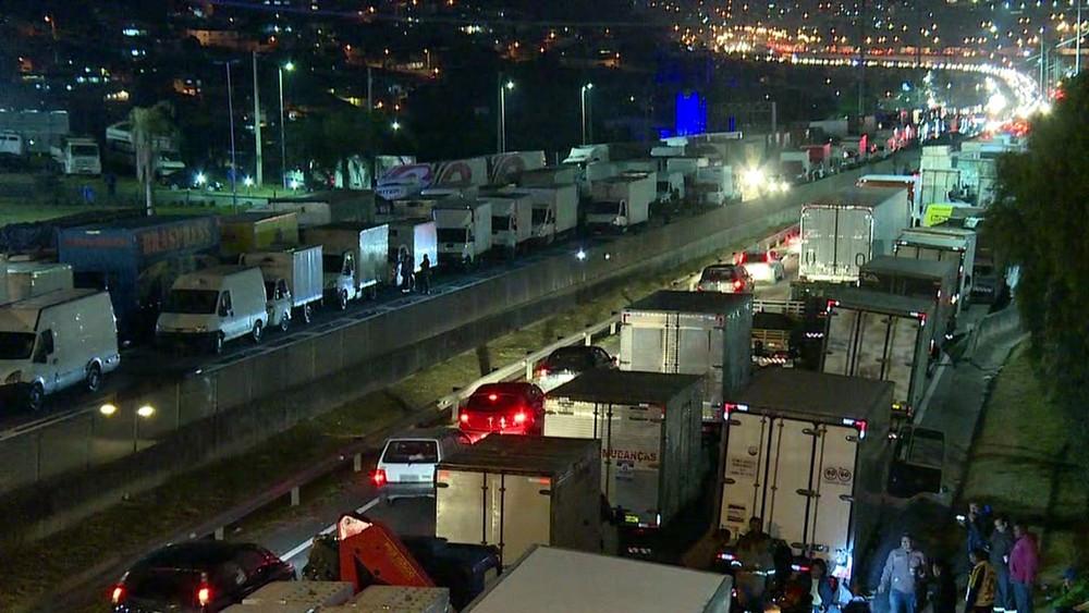Caminhoneiros bloqueiam faixas da Rodovia Régis Bittencourt (Foto: TV Globo/Reprodução)
