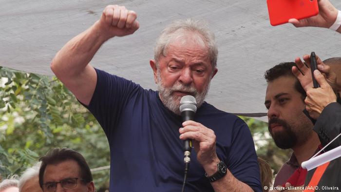 Lula momentos antes de se entregar à polícia, em 7 de abril