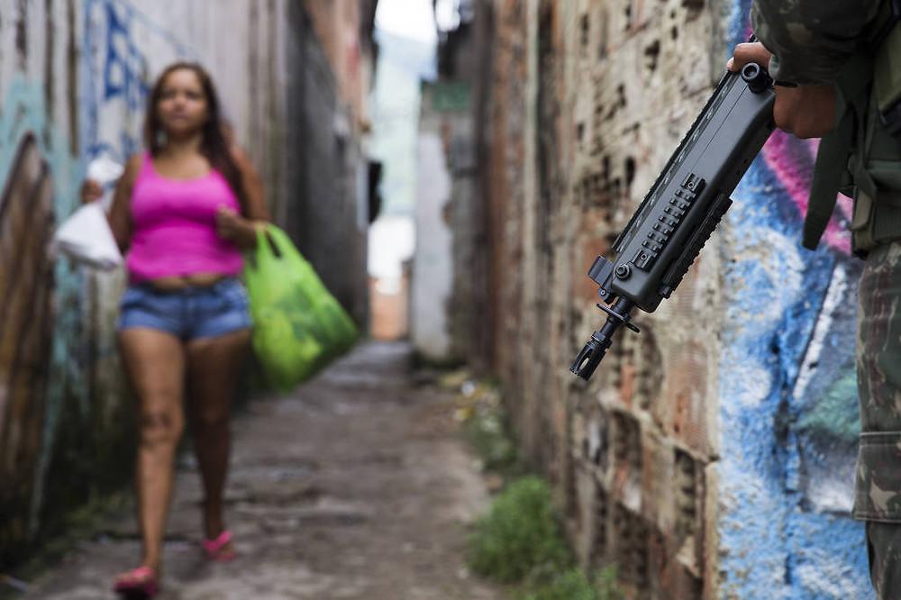 Soldado das Forças Armadas durante operação na vila Aliança, zona oeste do Rio de janeiro Foto: Danilo Verpa/Folhapress