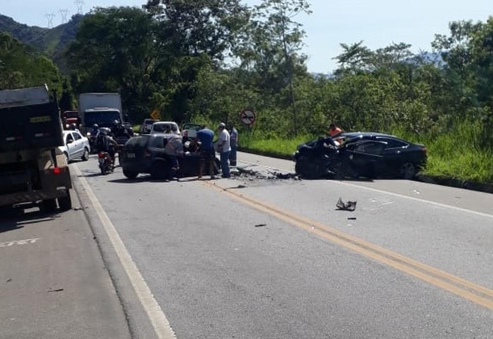 Veículos bateram de frente na Rio-Santos, em Angra — Foto: Redes Sociais