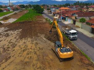 Prefeitura de Caraguatatuba executa drenagem no entorno do futuro Centro de Tradições do Tinga