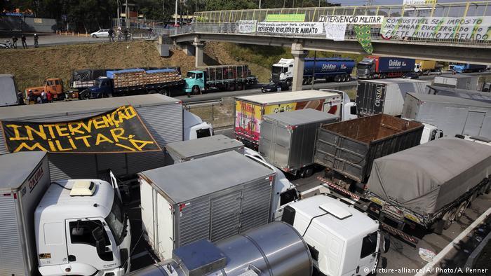 Caminhoneiros em diferentes pontos do país pediram intervenção militar