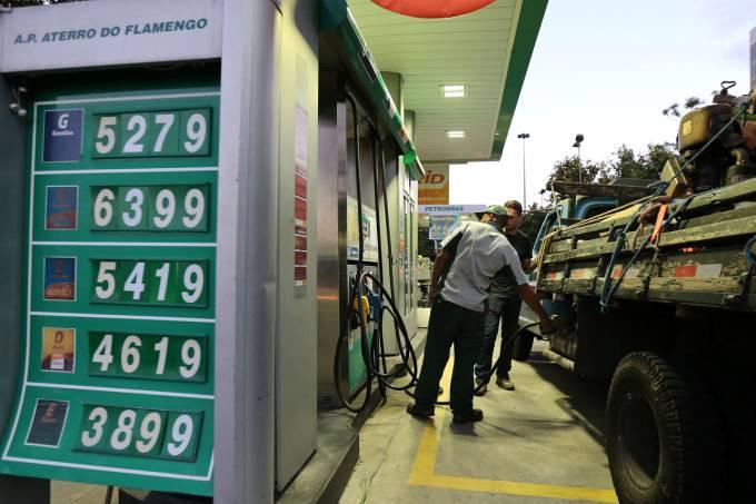 Alta: em maio, o preço do combustível nas refinarias da Petrobras acumula alta de 9,42%, já que em 28 de abril o litro custava R$ 1,7977 (Sérgio Moraes/Reuters)