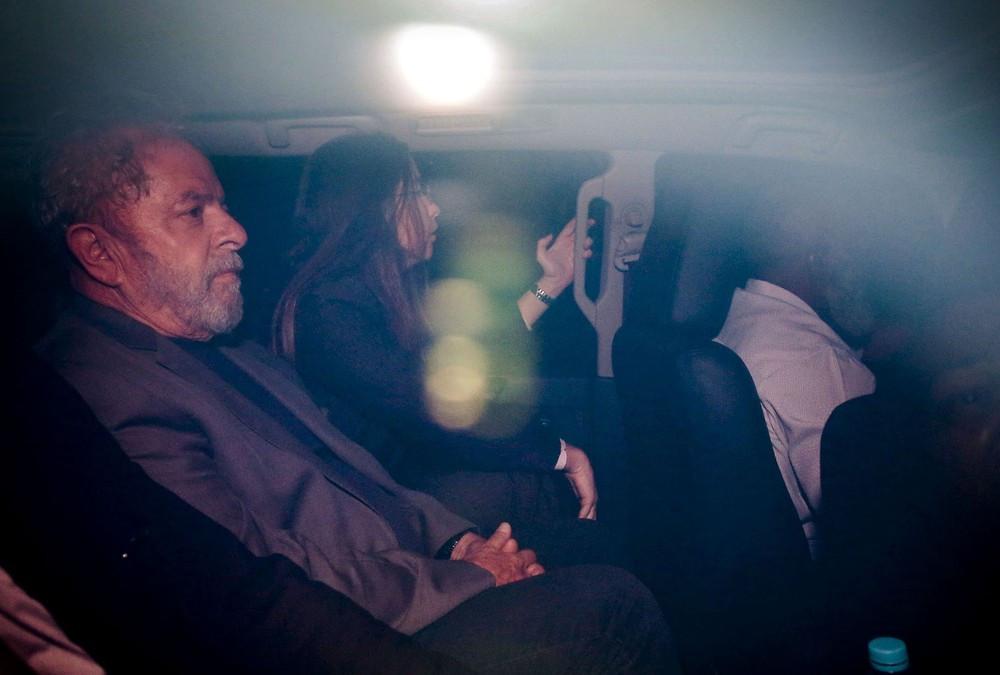 O ex-presidente Luiz Inácio Lula da Silva, em imagem do último sábado (7), após se entregar à Polícia Federal em São Paulo (Foto: Suamy Beydoun/Agif/Estadão Conteúdo)