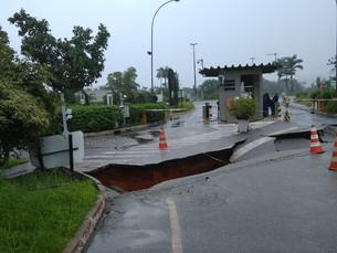 Chuva deixa mais de 25 bairros em estado de alarme em Angra e abre cratera na Rio-Santos