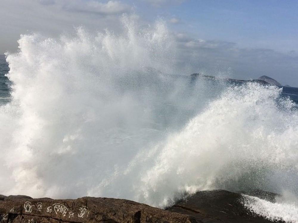 Previsão da Defesa Civil é de ondas de até metros (Foto: Gabriel Barreira/G1)