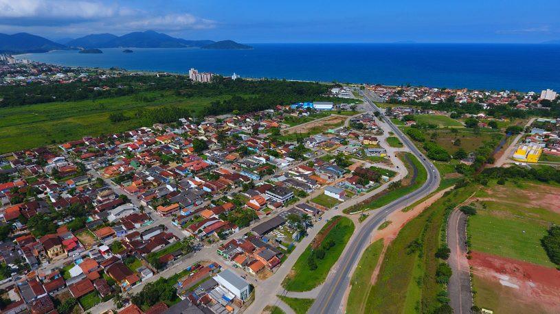 Imagem aérea de Caraguatatuba. que mostra inúmeras casas (Foto: Cláudio Gomes/PMC)