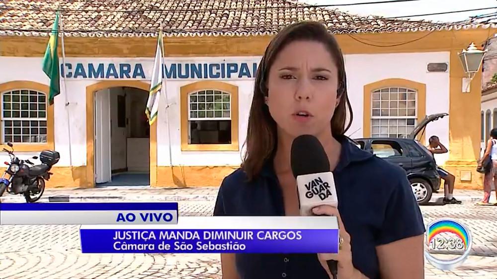 Repórter da Vanguarda em frente à Câmara de São Sebastião