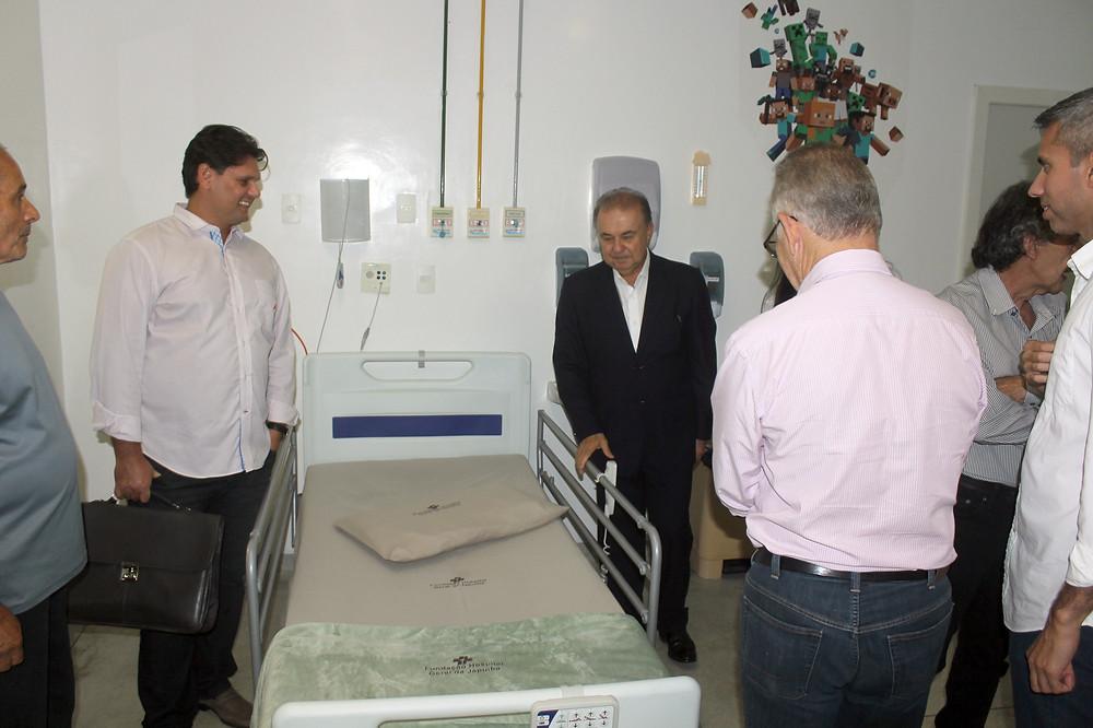O prefeito de Angra, que foi até ao HGJ receber os leitos, também realizou uma visita técnica à unidade - Foto: Divulgação/PMAngra