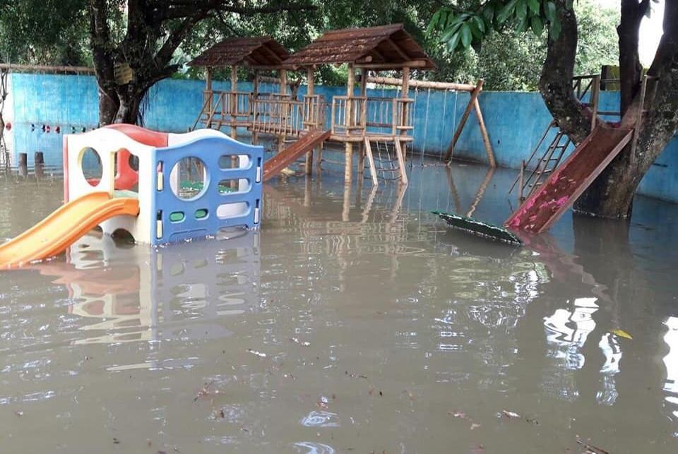 Playground de escola completamente alagado