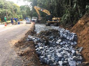 Via alternativa é construída para passagem de veículos na RJ-155, em Rio Claro