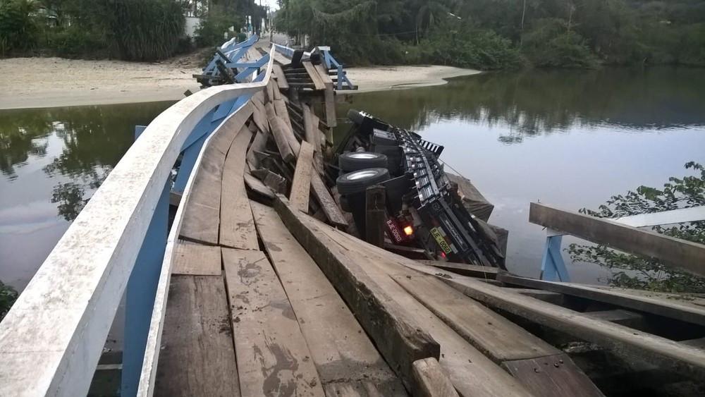 Caminhão cai da ponte de Juquehy em São Sebastião (Foto: Arquivo Pessoal/Marcelo Grecco)