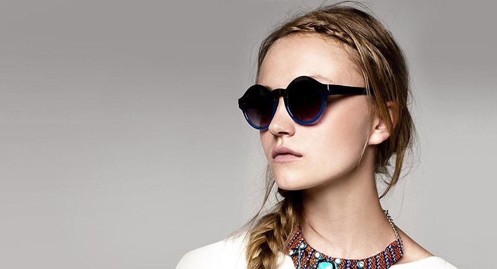 Mujer jove con lentes de sol. New Arri