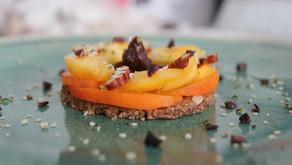 Tartelette 100% crue (ou cuite) et saine au chocolat, abricot & pêche