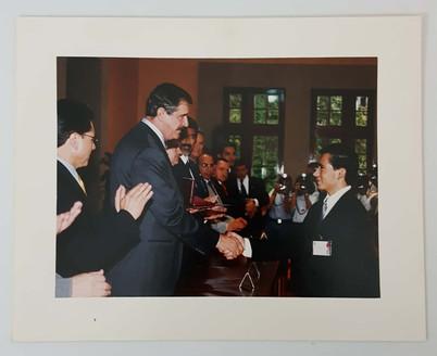 presea-lazaro-cardenas-2002-foto-entrega-fox-los-pinos-ingeniero-biotecnologo-victor-hugo-gomez-hernandez.jpg
