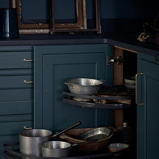 Surely the best design is that which is just really useful. Step up our pull-out pot and pan rack – set against an oak veneered cabinet it injects timber warmth and an excellent storage solution.