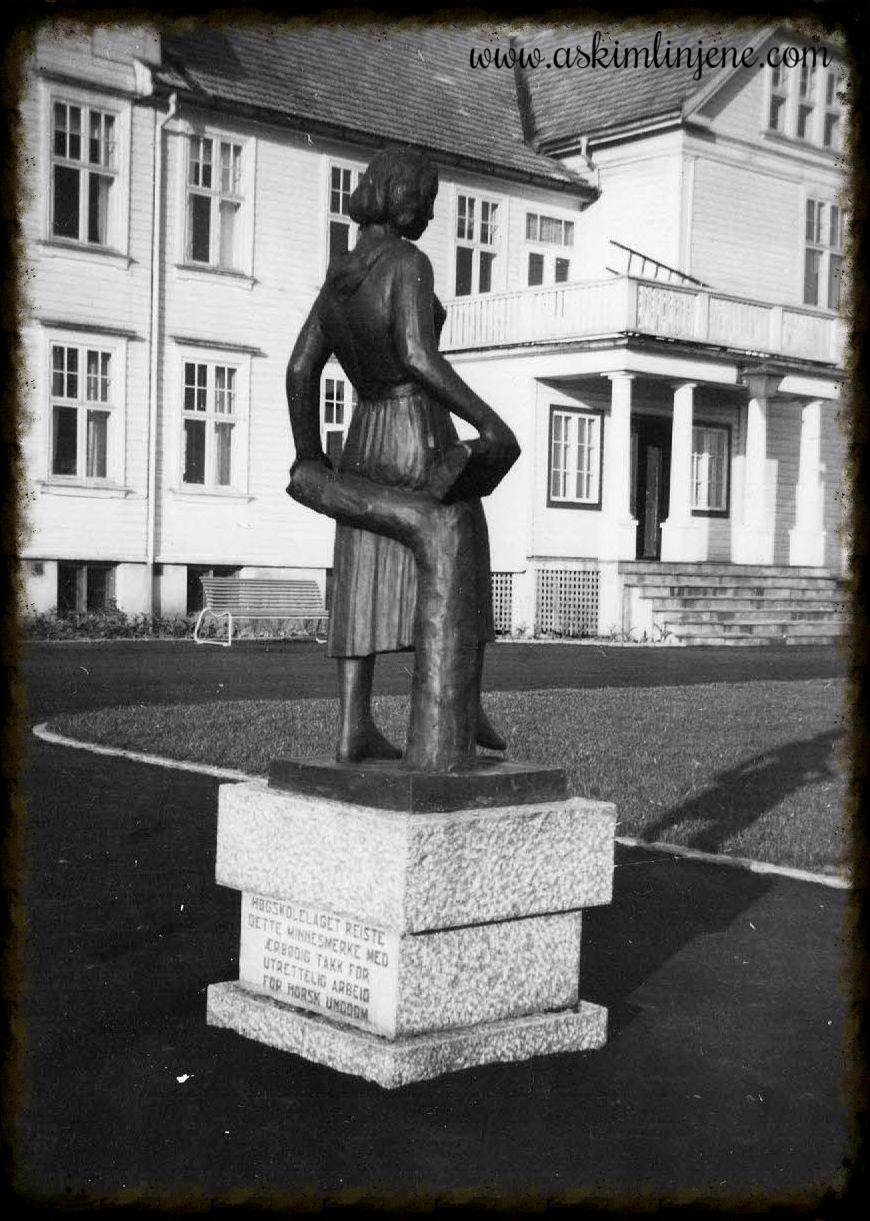 Minnesmerke Folkehøgskolen 1950
