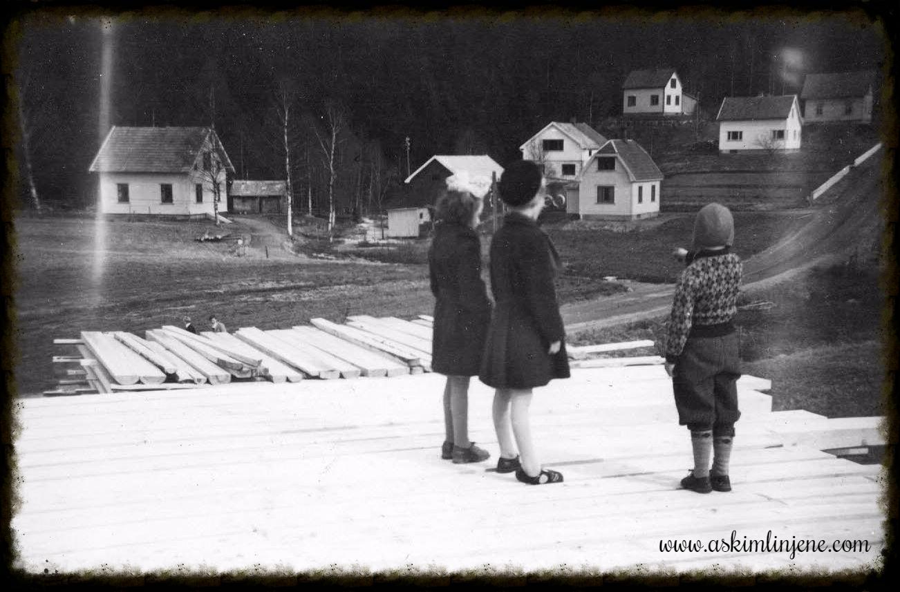 Barn på plankestabel Mysen ca 1950