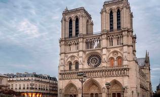 París; se construye la fachada oeste de Notre Dame y se termina la torre del Louvre