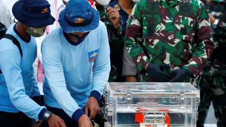 Fue hallada la grabadora de voz del avión de Indonesia sin la memoria de datos