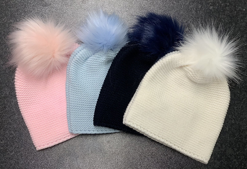 Meia Pata Navy knitted hats with faux fur Pom Pom.