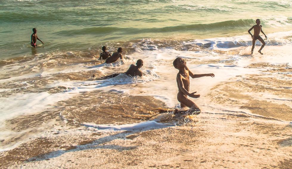 Meninos bincando na praia (Rôute des Pêches, Benin, 2013)