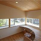 温かみのある木目調の書斎の写真