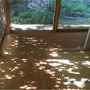木漏れ日が差し込む廊下