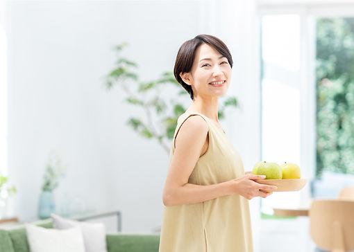 リビングで穏やかに微笑む女性