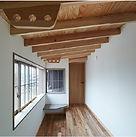 大きな窓から光が入る木目調の廊下