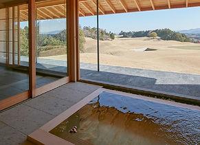 窓から丘を見渡すことができる浴室