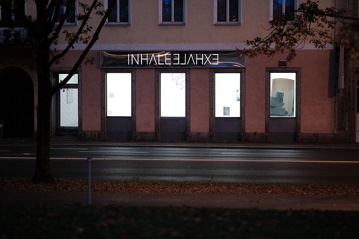 INHALEEXHALE, Lichtsign mit Spiegelfolie. Ansicht bei Nacht.