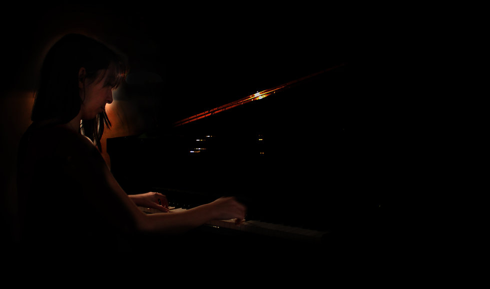 Adriana Gómez Cervera tocando el piano