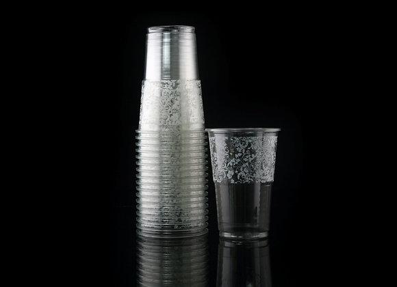 כוס מעוטרת פרחים לבנים
