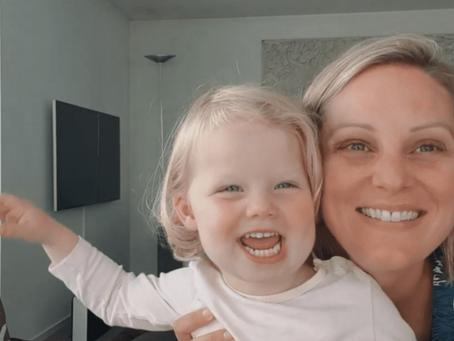 Caroline is een voorleeskanaal op YouTube gestart: 'Ik vind het heel leuk om stemmetjes te doen'