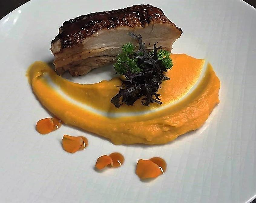 Panceta de cerdo en salmuera, cremoso de boniatos, naranjas, clavo de olor y canela con chutney de butia - Chef Mauro Fernandez - Sheraton Montevideo