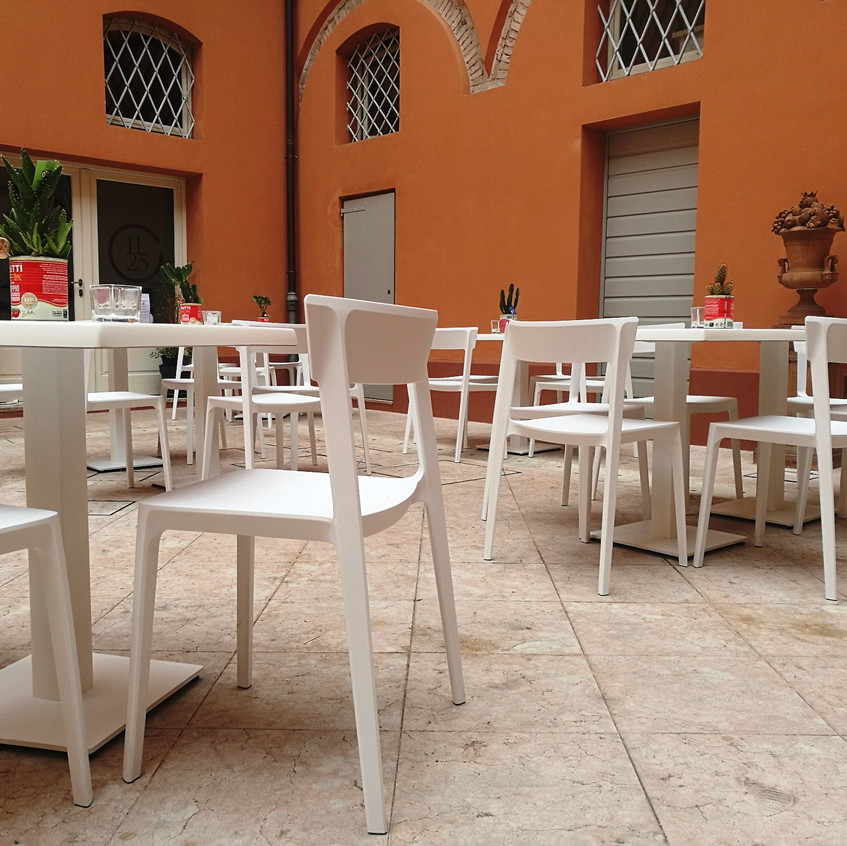 Werzalit melamine white top with skin chairs