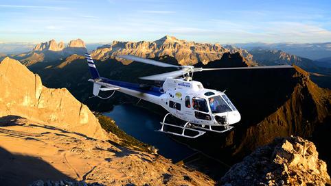 Volo in elicottero al tramonto