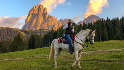 Trekking a cavallo al tramonto