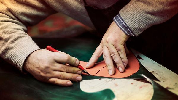 italia, italy, made in italy, fatto a mano, handmade, artigiano, crafted, pelle, lather, leathergoods, leathercraft, italian, artisan, artisana, artigiano, artigianale, artigianalità, bags, borse,shoes, scarpe, cuoio, mani, hands, cutter, taglierino, cartamodello
