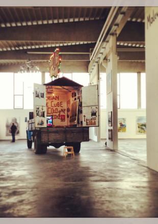 Lukas Puschs Lastwagen (Kunstdiskurs mit einer sibirischen Kuh, 2013)