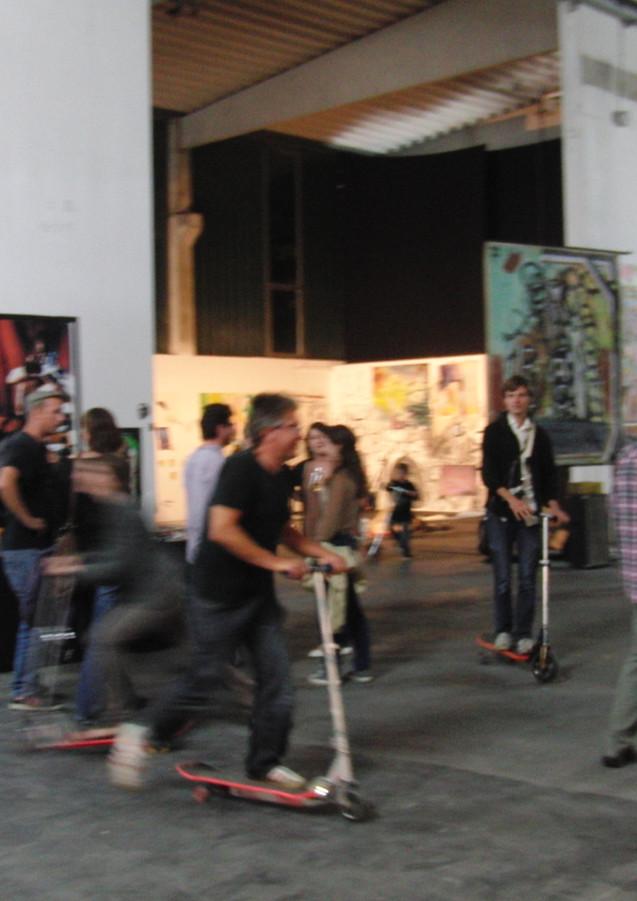 Akademieklasse Düsseldorf mit Rollern (Tal R mein Esel und ich, 2011)