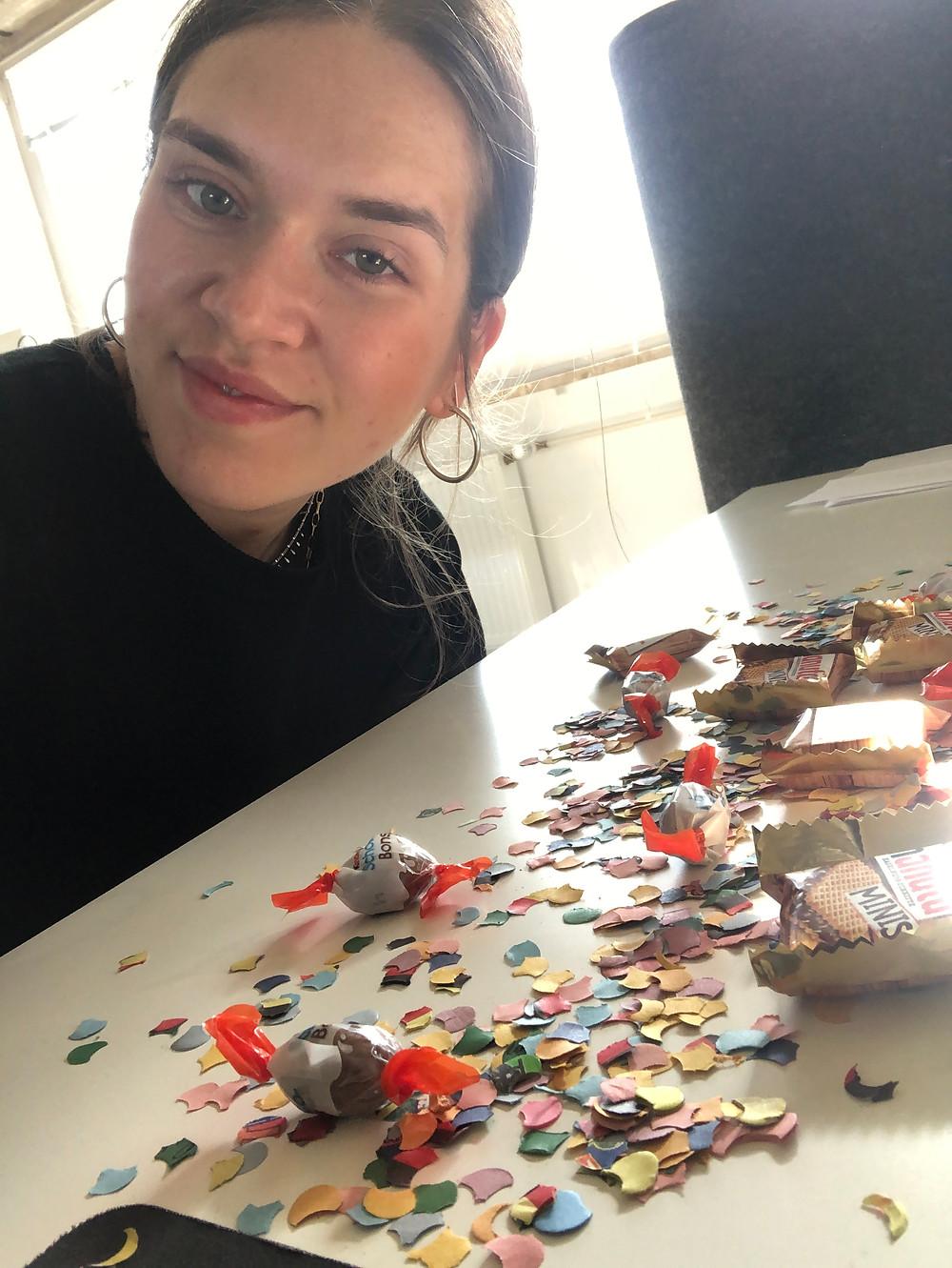 Katharina beim Puzzeln