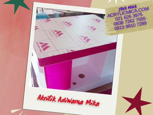 Display akrilik warna putih dan merah muda (pink) dari Acrylic Adiwarna Mika