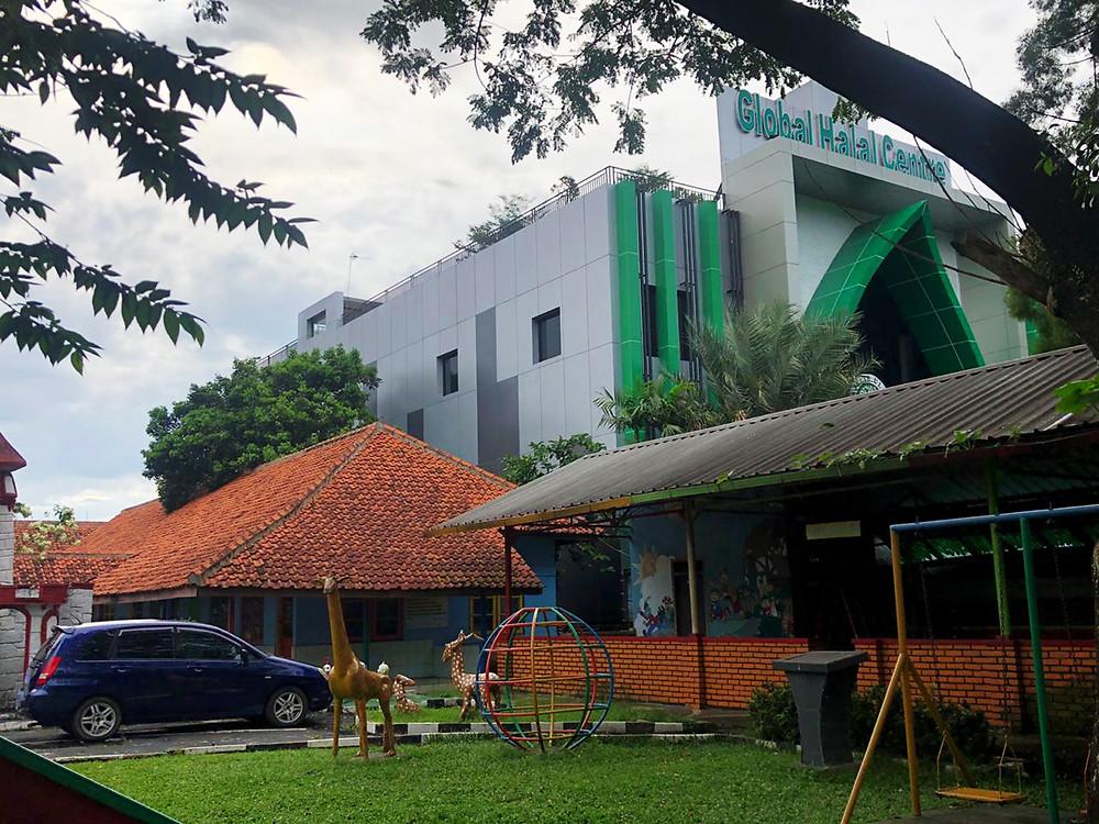 Gedung Global Halal Center dibangun dengan nuansa ACP Aluontop warna putih hijau