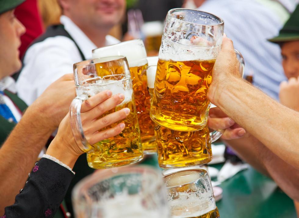Mit Bier anstoßen