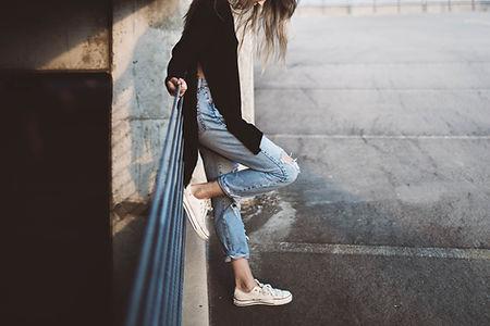 Eine Frau, die geerntete Jeans trägt