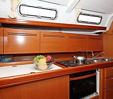 beneteau-cyclades-434-2-i-kuhinja.jpg