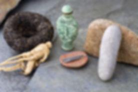 כמה אבנים מחטי דיקור ושורש ג'ינסינג